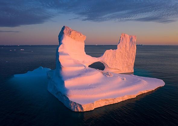这座冰堡的塔楼非常适合云层中的凹痕。我将无人机抬高到可以显示出这种一致性的高度,但允许元素分离。 DJI Mavic II Pro,1/30秒,F8,ISO100。格陵兰迪斯科湾