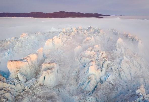 巨大的冰山顶部的光线消失并重新出现,地平线云遮盖了西北部的太阳。有了无人机,我可以选择何时确切地飞行以优化摄影并获得最佳光线。 DJI Mavic II Pro,1/30秒,F7.1,ISO100。格陵兰岛Kangia Fjord