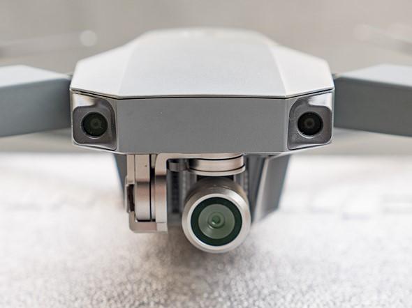 在DJI Mavic Pro的前面,看起来像臭虫眼睛的小圆圈是用于避碰系统的视觉感应器。