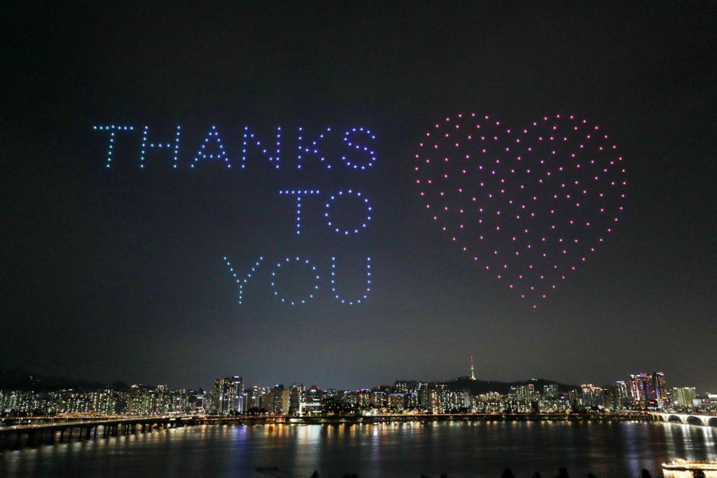 无人机表演表达对医生、护士和其他医务人员的感激之情