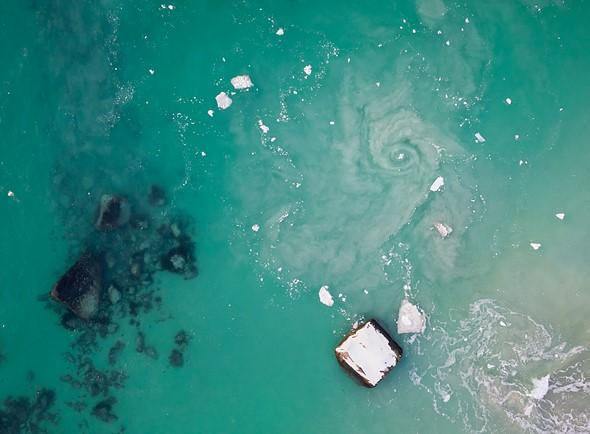 这个惊人的漩涡在我站立的地方躲藏了大约10-20米。没有无人机,我无法检测到或拍摄它。 DJI Mavic II Pro,1/80秒,F4,ISO100。Haukland海滩,罗弗敦群岛,挪威北极