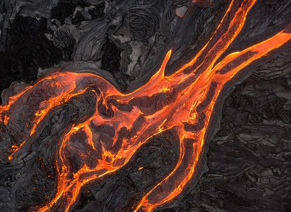 夏威夷基拉韦厄火山的熔岩表面流。自上而下的视角导致故意缺乏深度,这反过来又使我能够将观众集中在流的形状上。 DJI Phantom 4 Pro,1/25秒,F6.3,ISO400。拍摄于夏威夷岛火山NP外部。
