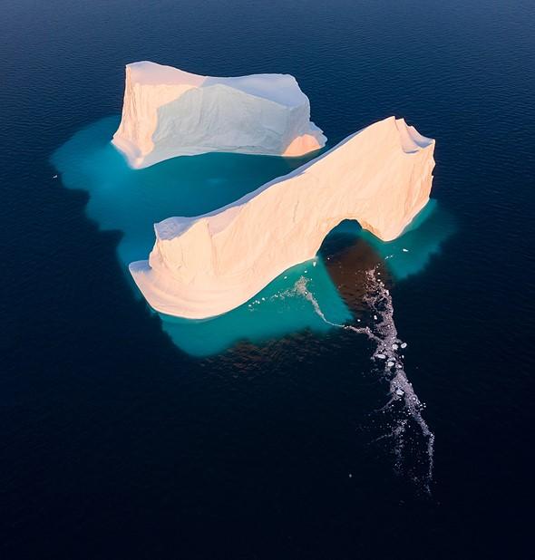 漂浮在格陵兰迪斯科湾的巨大冰山。冰山的位置意味着当仍然显示光线穿过拱门并从水位射向后段时,不可能将其两部分分开。另一个明显的优势是,除了最近拱门坍塌造成的碎屑外,冰山的淹没部分还可以很好地展现出来。 DJI Mavic II Pro,垂直针迹,1/40秒,F6.3,ISO 100