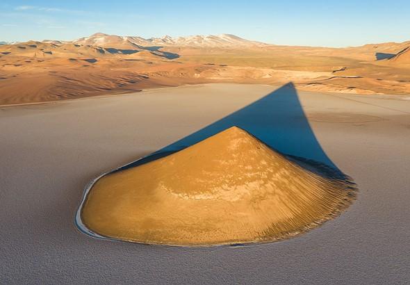 Cono Arita是阿根廷Puna(高海拔沙漠)中Arizaro盐滩中间的砂岩山。当晨曦袭来时,美丽的阴影投射在平原上。拿起无人机让我展示了这一点,同时在视锥,其阴影与周围的山丘之间建立了隔离。 DJI Mavic II Pro,1/60秒,F8,ISO 100。