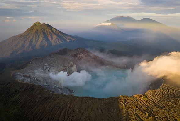 无人机让我分离了这张图中可见的五个火山:框架的底部是伊真火山口。左边是郁郁葱葱的绿色Gurung Ranti。然后从左到右依次是Pendil,Raung和Suket。甚至在相机后面,还有Gurung Merapi投射的阴影(从左下到右中)的空间。 DJI Mavic II Pro,F8,1 / 25秒,ISO100。印度尼西亚卡瓦伊真