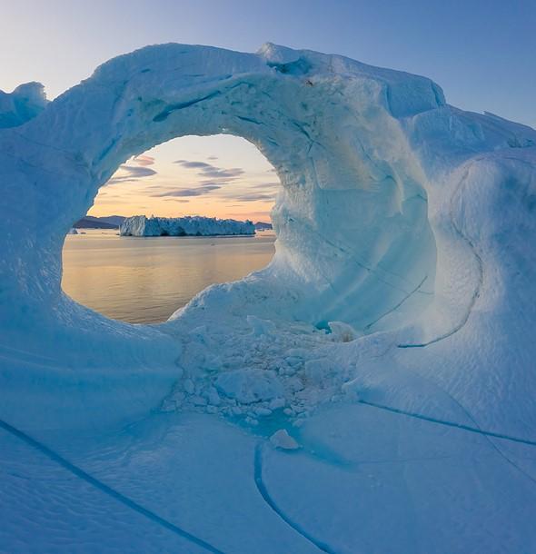 为了获得我想要的远处的冰山和封闭在更近的冰山的孔内的柱状云的构图,我必须非常靠近冰。不用说,以其他任何方式都是不可能的,因为我不会踩到这座冰山,也没有载人飞机会飞到它附近。 DJI Mavic II Pro,1/30秒,f / 8,ISO 200,垂直针迹。格陵兰Uummannaq