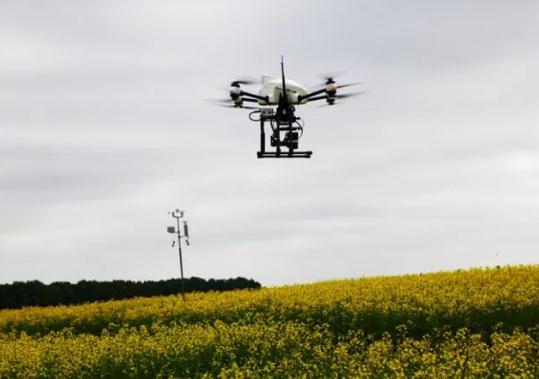 团队使用专用无人机,嵌入式热像仪和小型计算机。相机安装在无刷云台上。