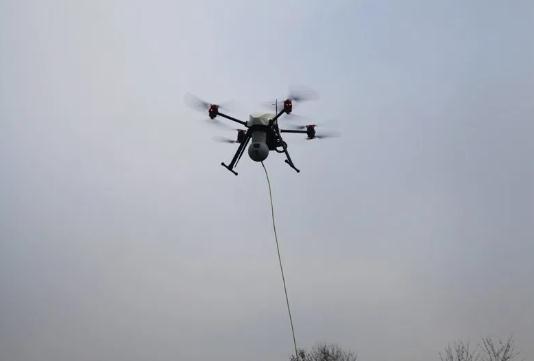 为了解决无人机飞行时间的问题,一种新的解决方被提供出来,那就是:系留无人机。