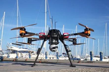 海事救援无人机在海拔50至100米的飞行高度上飞行,30倍高清高清摄像头通过识别船舶上的导航灯