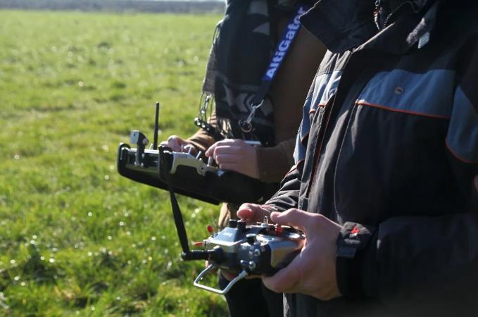 EOS 训练无人机,这种连续的训练是在单独的专用系统上执行的