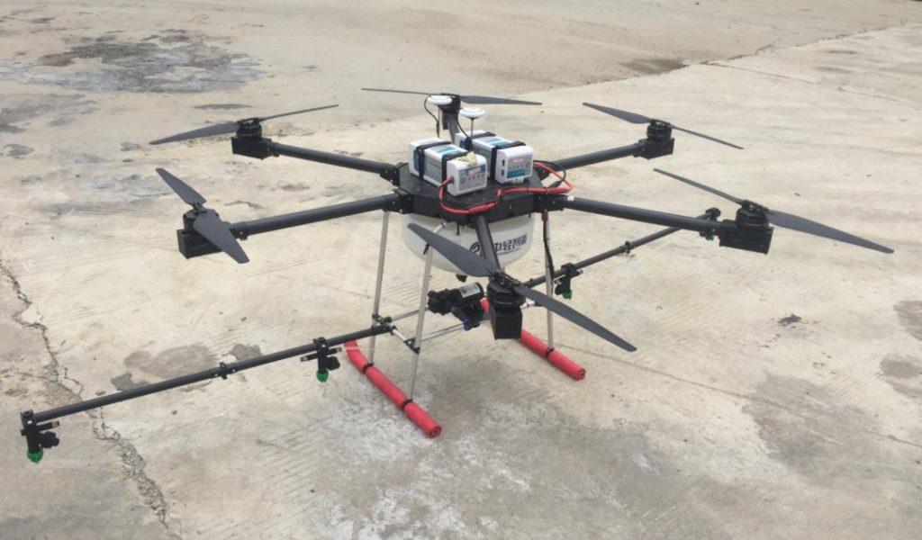 无人机喷洒农药示范