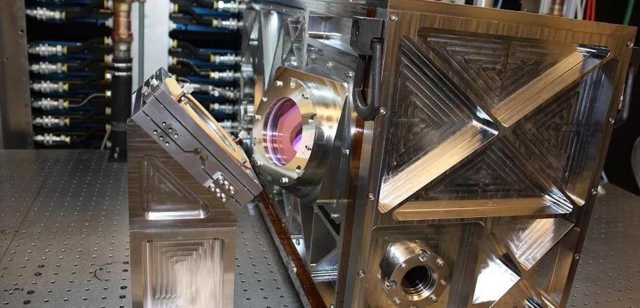 生产组装中的激光武器组件