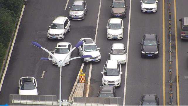 无人机拍摄的画面里存在违法的车辆