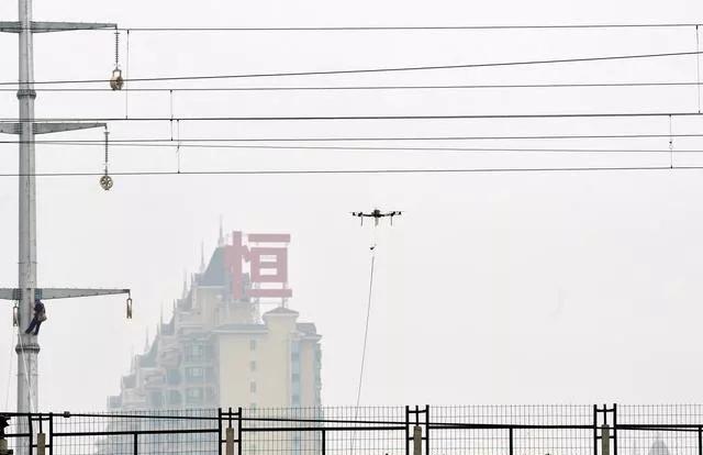 无人机搭载可见光视频和热成像观测铁路巡查
