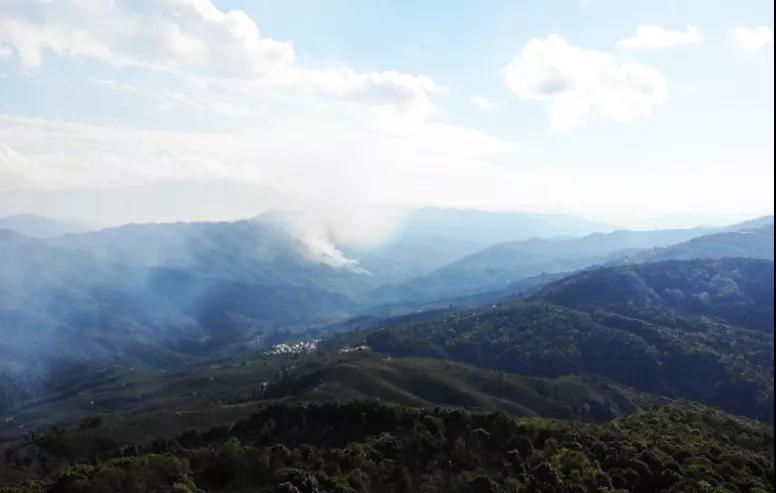 使用无人机拍摄中缅边境处的起火现场