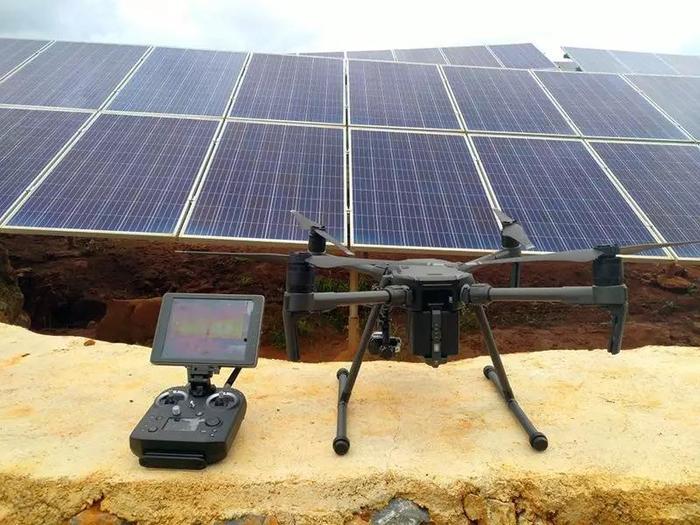 配置热红外相机云台的无人机进行光伏巡检