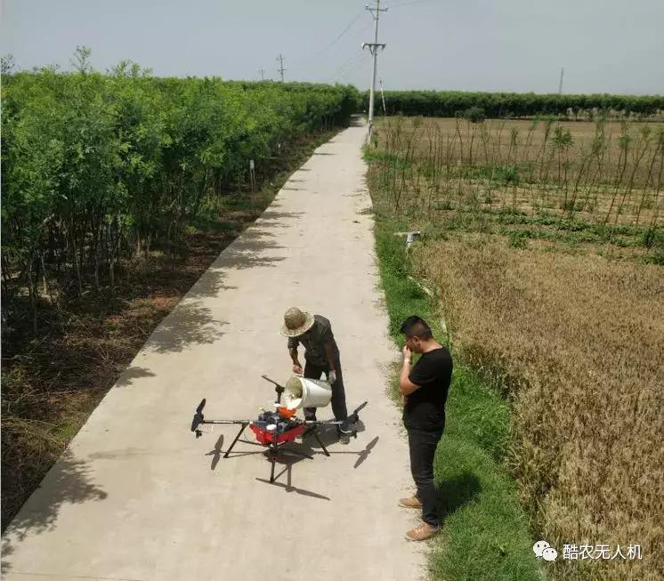 无人机开展喷药施肥作业