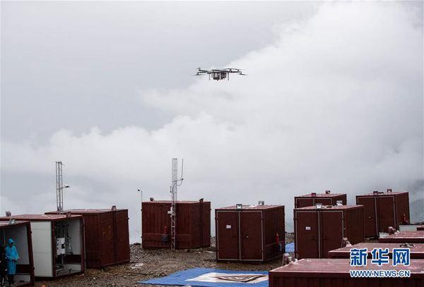 在雅江县帕姆岭寺顺丰无人机雅江运营基地,一架无人机升空准备前往一号营地