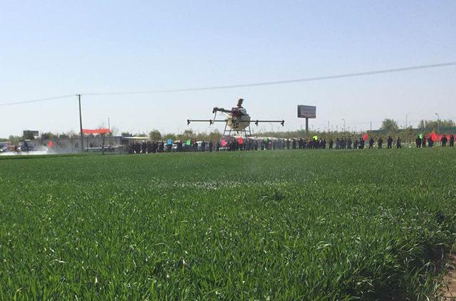 遥控喷药无人机现场操作示范