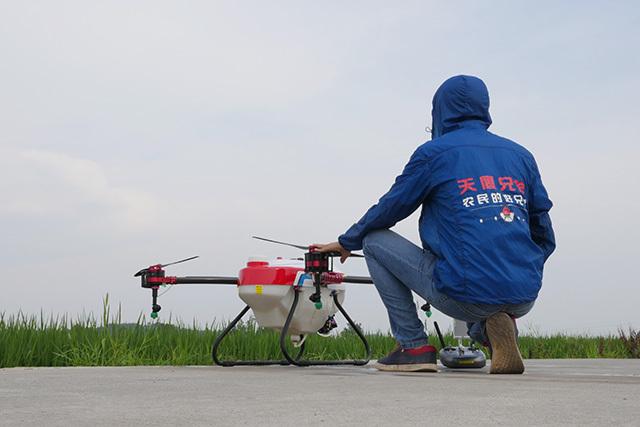拓宽了无人机用途的无限可能:在空中能用来挡住飞鸟,给树授粉、喷洒农药、调查降雪来预测供水量、监测灌溉情况或者种、收庄稼的情况。
