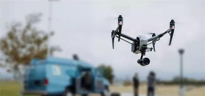 消费级无人机的使用说明上都会标明必须在开阔场地飞行,而且应当尽量避免周围有大量人群