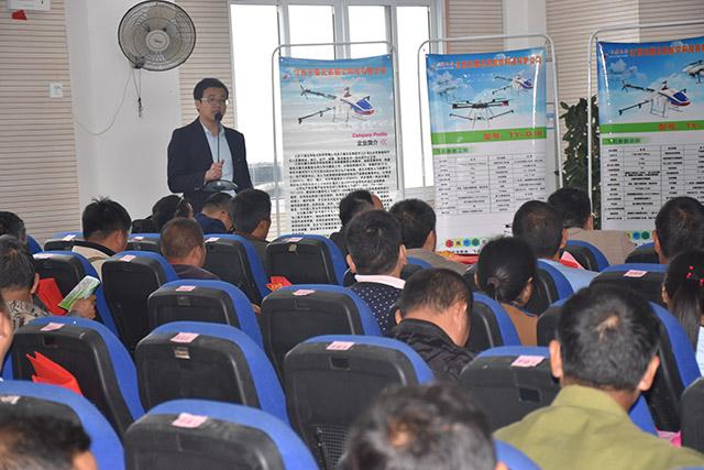 讲授优质水稻种植及病虫害防治方面技术知识