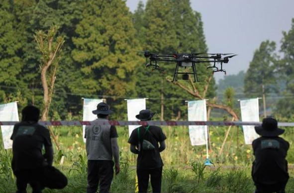 植保无人机飞手在进行飞行技能项目比赛。