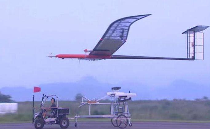 EAV-3 是一架可以在高度 12km 以上的平流层中,通过太阳能和电池长时间飞行的小型飞机。