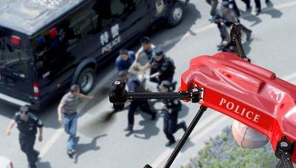 一架闪耀着警灯的无人机在空中30米高度向事主方向靠近