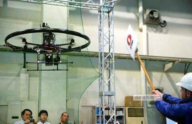 当四轴飞行器中的一个发动机发生故障时,无人机将旋转以使其自身稳定并且可以执行受控着陆。