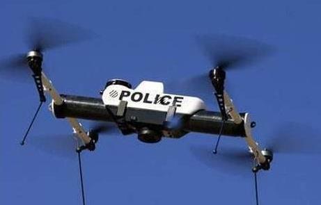 无人机传送回的画面显示,汲某多次伸手扒窃但均未得手