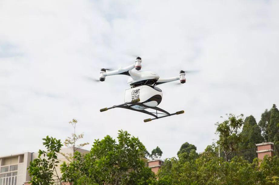 亿航天鹰物流无人机正在起飞。
