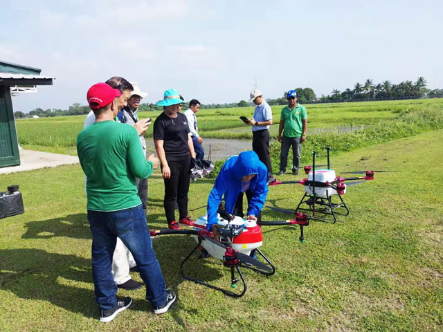 天鹰兄弟植保无人机在本次作业演示中的优秀表现得到了水稻研究所相关领导的高度认同