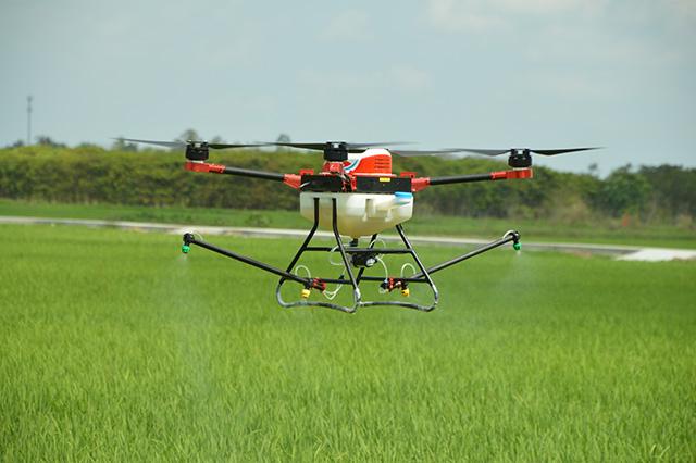 无人机喷洒粉剂农药的时候改用离心喷头比较好