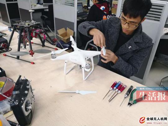 成功把兴趣转型专门从事无人机维修