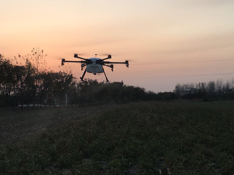 植保作业是非常辛苦的,不仅需要克服夏日的高温、频繁的转场、测地的疲惫,有时到了很晚飞手们还在作业