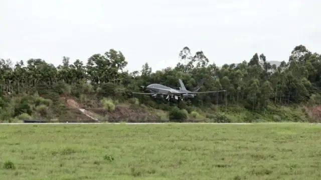 我国首次高空大型无人机海洋、台风综合观测试验取得圆满成功。