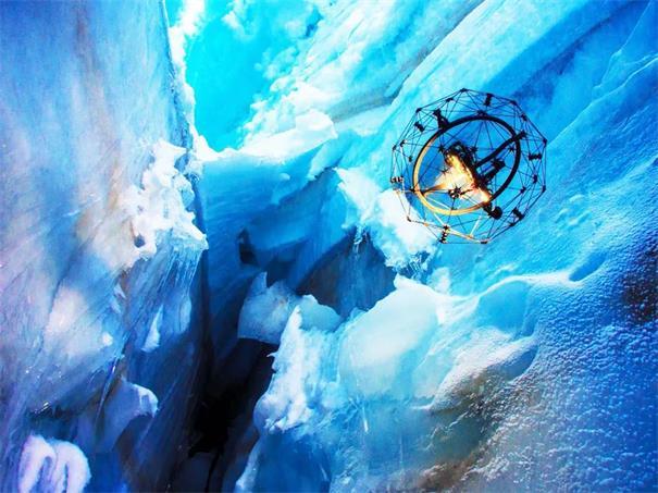 配备球形保护架的无人机Elios被用来探索冰洞