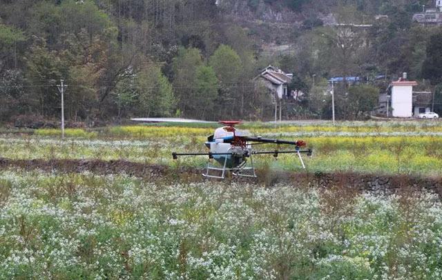 盘州市:植保无人机为软籽石榴施肥施药
