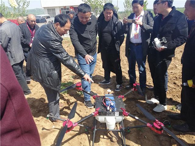 植保无人机进行了喷药施肥演示。