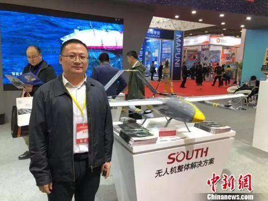 广州南方测绘科技股份有限公司董事、中国测绘地理信息学会副秘书长缪小林向记者介绍无人机功能。