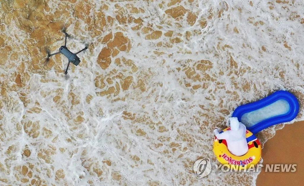 韩国首次在沙滩试点用无人机测温
