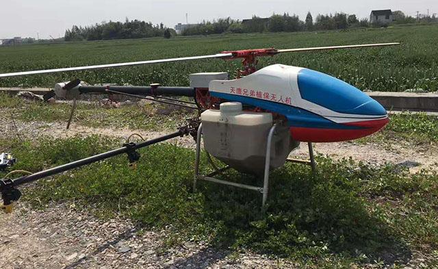 正在使用植保无人机喷药杀虫