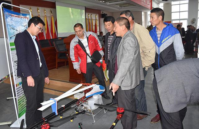 携带2款植保无人机参加了此次培训会