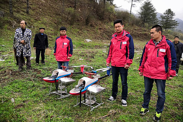 植保无人机正高速、精准对丘陵草场进行牧草播种和肥料的喷施