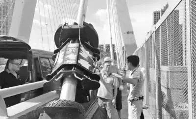 无人机助阵武汉座桥梁检测