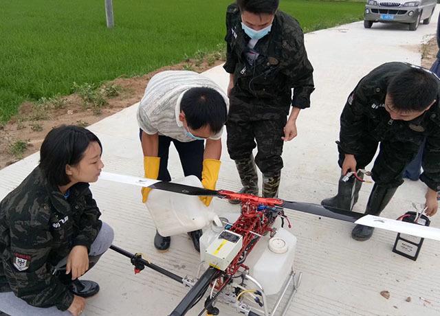 农业植保无人机对水稻进行大规模的统防统治喷药作业