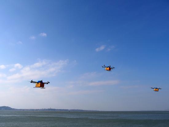 无人机会按照编程航线自动飞向既定地点降落。
