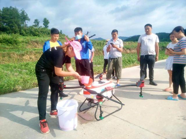 天鹰兄弟技术人员正在给无人机添加防虫药剂