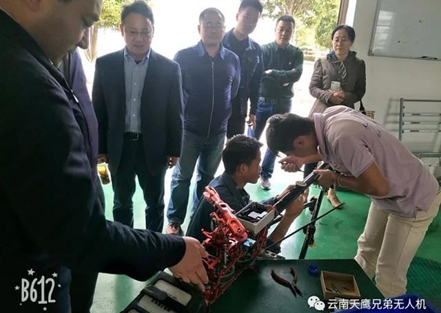 何雄奎教授看望了基地工作人员